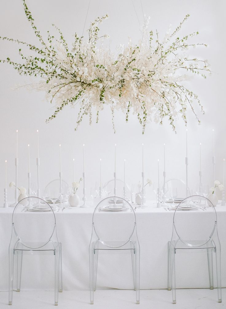 floral installation wedding decor | Photography: Rebecca Yale