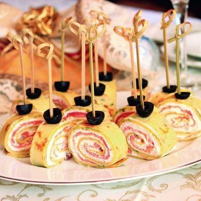 Rulouri de clătite cu brânză şi somon afumat