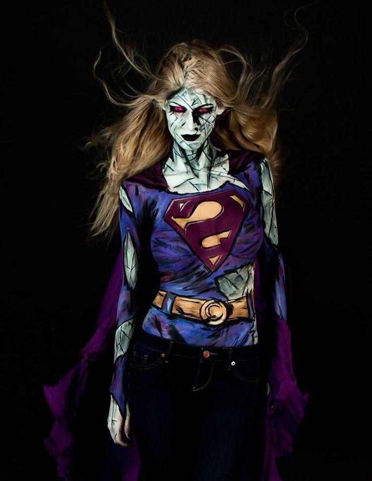 Diese Frau malt atemberaubende Superhelden Kostüme auf ihren nackten Körper - Bizarro Girl