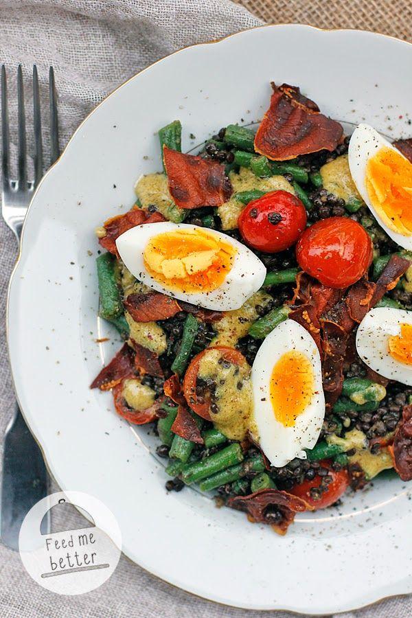 zimní salát s čočkou a vajíčkem čočka, šunka, vejce, fazolky, rajčátka, česnek, olej, sůl, pepř dresing: hořčice, ocet, olej, mleko, pepř