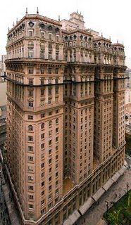 Prédio Martinelli, finalizado em 1934, é considerado o primeiro skyscraper da cidade, com 30 histórias e 105 metros de altura.