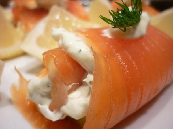 Rollito de salmón ahumado relleno de carne de cangrejo