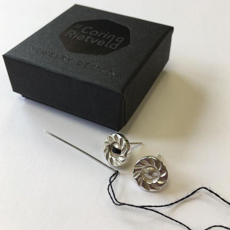 Op verzoek in de kleur zwart: knoopjes oorbellen  A special request in black: button earrings #jewelrydesign #jewelry #silver #black #earrings #button #buttonjewelry #corinarietveld #sieraden #sieradenwebshop #knoop #oorbellen #zilver
