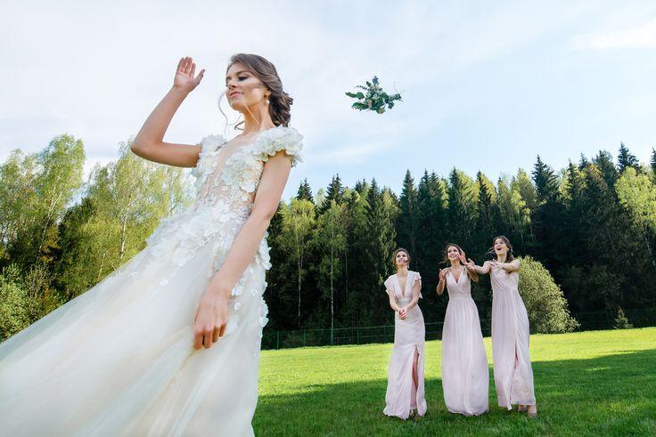 Такая чудесная традиция - бросать букет невесты! Столько эмоций  во время этой церемонии у прекрасных девушек!