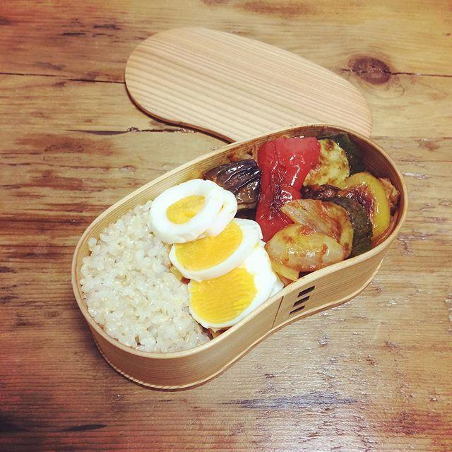 ラタトゥイユとゆで卵のお弁当♡  ラタトゥイユアレンジ! ラタトゥイユにさらにトマトソースと、玉ねぎを合わせて もっともっとトマトさをUPさせて、食べ応えのあるおかずに❤️! わたしの曲げわっぱちゃんは なんでもあり!笑  #曲げわっぱ #曲げわっぱ弁当 #ランチ #手作り #ラタトゥイユ #玄米 #ゆで卵 #lunch #lunchbox #yokoyummy #yummy #smile #happy #cook #cooking #instafood #instagood #instacook #💓