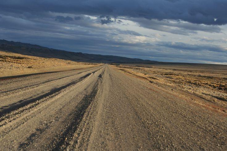 La implacable antigua ruta 40 cerca de Gobernador Gregores en la Patagonia Argentina