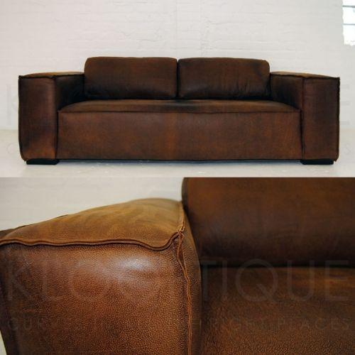 Sahara skinnsofa har alt! Myk (men samtidig fast) komfortabel og sitte/ligge i.Den har et helt sete uten søm i skinnet som gir et moderne og unikt utrykk.Den har også utvendige sømmer som gir sofaen det lille ekstra. (kan også fås med innvendige sømmer)Fås i 2 og 3 seter + stol.Bilde som vises er av en 2 seter sofa med 2 puter i ryggen. 3 seter har 3 puter i ryggen.Skinn og farge etter eget ønske. (prisen på de ulike skinntypene kan variere)Møblene fra Klooftique er helt unike da ...