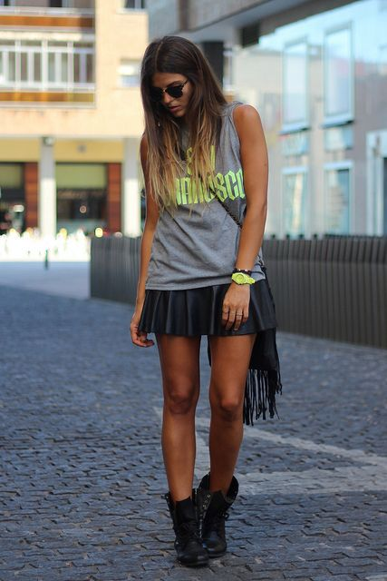 street_style-look-outfit-leather_skirt-grey-fluo-t_shirt-combat-boots-black-fringes-ray_ban-falda_cuero-camiseta-fluor-negro-botas-botines-bolso_flecos-trendy_taste by Trendy Taste, via Flickr
