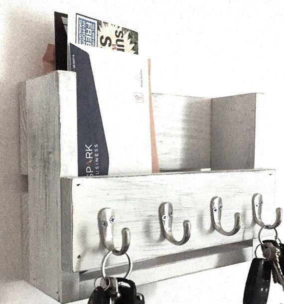 Este increíble llavero madera rústico y correo organizador está hecho de madera reciclada (en su mayoría pino) que he pintado y agobiados. Esto se verá muy bien en su entrada, habitación o cocina. Medidas 12 x 8.25 x 4.25. Es hecho a mano y cuidadosamente enarenados y acabado. Tiene 4 ganchos para llaves y un montón de espacio para el correo.