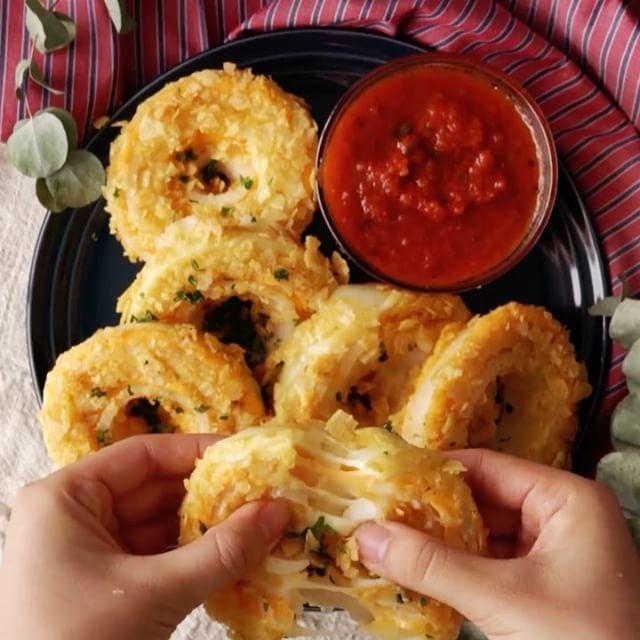 Aros de Cebolla con Queso⠀ *Guarda esta receta en la app. Link en la bio*⠀ INGREDIENTES:⠀ 1 #cebolla⠀ 1 rebanada de #queso #mozzarella, cortada en tiras⠀ 1 rebanada de queso #cheddar en rodajas, cortado en tiras⠀ harina⠀ 1 #huevo batido⠀ 1 paquete pequeño de #papas fritas⠀ PROCEDIMIENTO:⠀ Poner las patatas fritas en una bolsa ziploc y aplastarlas hasta que estén trituradas como migas.⠀ Cortar la cebolla en 1/2 pulgada de espesor y separar los anillos.⠀ Colocar las tiras de queso dentro de…