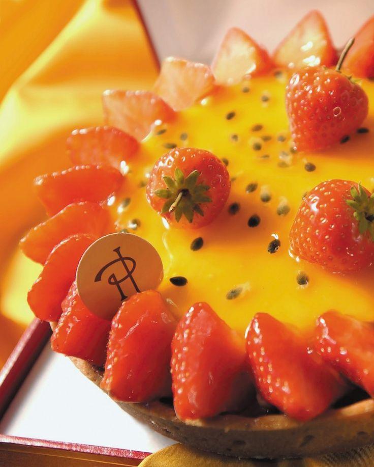 tarte céleste, PH: Pâte sablée, crème brûlée au fruit de la passion, compote de rhubarbe aux fraises, fraises fraîches