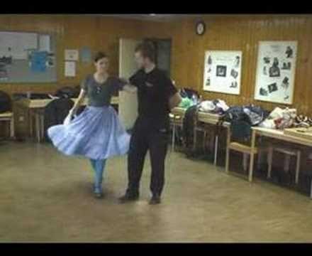 A Csöbörcsök Táncegyüttes vajdaszentiványi táncokat tanul