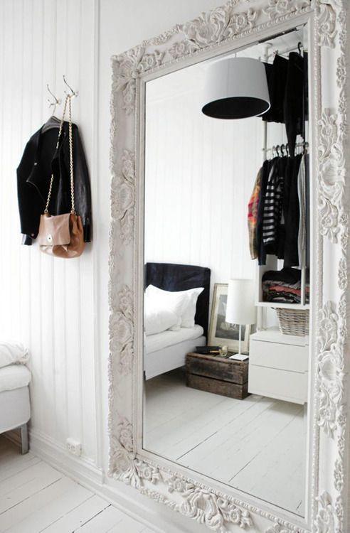 Espelho gigante com moldura no quarto <3
