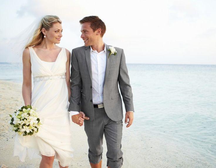 Mariage sur la plage robe de mari e avec bouquet et costume homme couleur grise v tements et Costume decontracte mariage