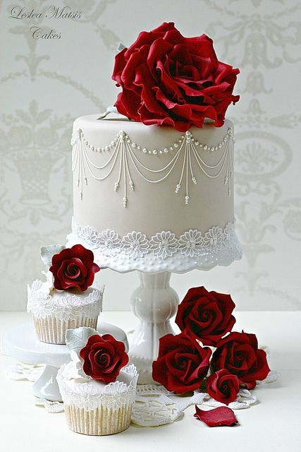 Roses rouges sur gâteau de mariage blanc avec ses cupcakes / Red Roses on White Wedding Cake and Cupcakes