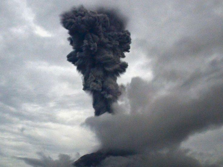 Woensdag 20 november 2013: De Sinabung vulkaan, in Karo (Sumatra) spuwt vulkanisch as de lucht in.