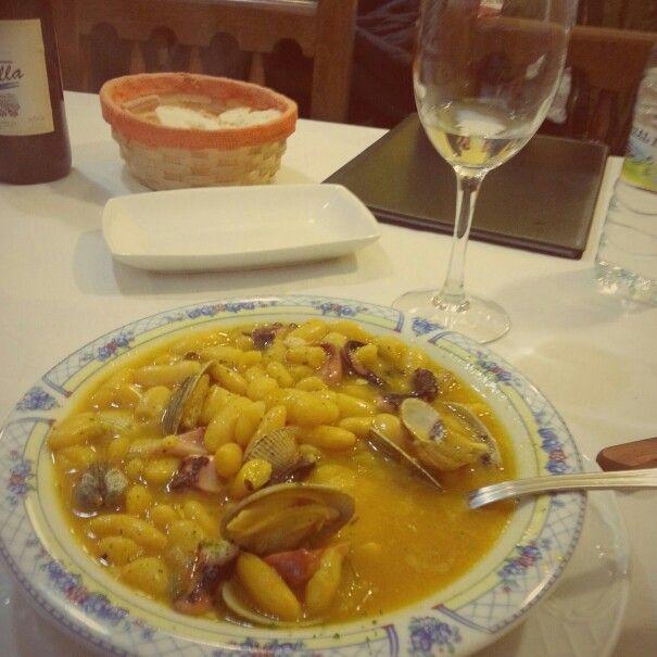 Fabas (frijoles blancos) con almejas y pulpo. Restaurante Oviedo en Luarca (Asturias)