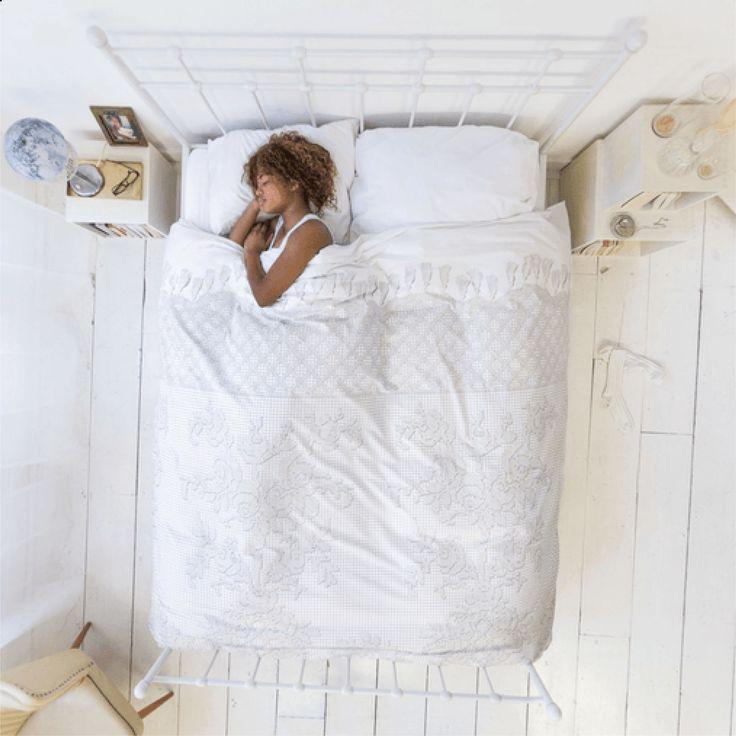 Dette sengesæt Venice er nyt og samtidig over hundrede år gamle.  Det er fordi det sengesæt er trykt efter det sengetæppe der blev håndlavet i Venedig omkring 1900-tallet. Dengang var det bryllupsgaver til de italiensk brudepar. Nu kan dette sengesæt det være dit, at have og holde, fra denne dag frem og til alarmuret lyder.