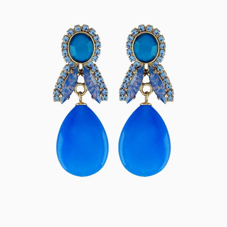 Drop it like it's hot! Lange oorbellen in verschillende tinten blauw. Onderaan hangt een helder blauwe natuursteen zonder facetten in druppelvorm. We love!