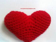 Set de 2 amigurumis con forma de corazón en color rojo, hechos con lana acrílica y relleno de algodón sintético. Ideales para tu celebración de San Valentín, para decorar tu regalo más romántico o para colocar en un adorable llavero.