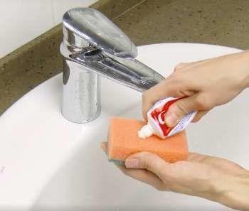 Κοινοποιήστε στο Facebook Πάντα χρειάζονται μερικά κόλπα καθαριότητας που κάνουν την ζωή πιο εύκολη. Όπως ξέρουμε όλοι, το μπάνιο είναι ένα από τα δωμάτια που χρειάζονται ιδιαίτερη φροντίδα. Δείτε παρακάτω μερικά οικονομικά και αποτελεσματικά κόλπα για να διατηρείτε πάντα το...