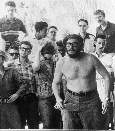 Лидер кубинской революции, бывший председатель Госсовета Кубы Фидель Кастро - самая известная политическая фигура в стране. На фото: Фидель Кастро играет в настольный теннис во время встречи с американскими студентами в Варадеро, 1963 г.