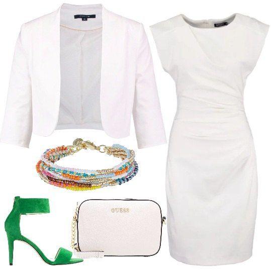 Un tubino bianco viene proposto con una giacca senza abbottonatura dello stesso colore e con dei sandali con cinturino alla caviglia verdi. La borsa è una pochette bianca e il braccialetto è composto da più giri di perline colorate.