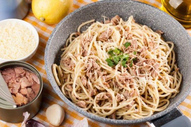 Gli spaghetti con tonno e limone sono un piatto semplicissimo e molto veloce da preparare. Il risultato però vi sorprenderà. Ecco la ricetta