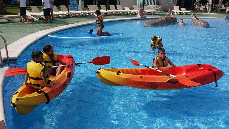 Actividades náuticas en la piscina del Camping Marjal Guardamar