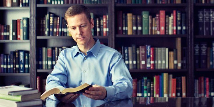 En una biblioteca llena de libros, un hombre escoge leer la Biblia