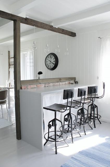 with barstools: Mia Interiors, Mia Interiør, Breakfast Bar, Kitchens Counter, Industrial Stools, Kitchens Bar, Bar Stools, Industrial Design, Wood Beams