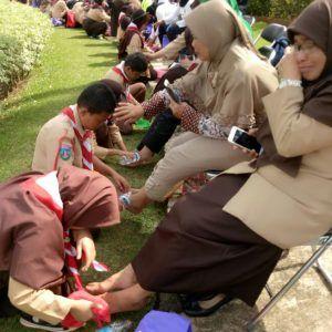 Membasuh Kaki Ibu Secara Massal Dilakukan Kwarnas Gerakan Pramuka di Cibubur