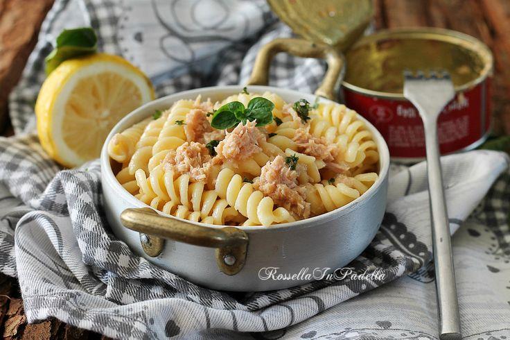 Pasta tonno e limone, ricetta pasta col tonno facilissima da preparare e molto gustosa. Con tonno sott'olio e limone. Semplice e buonissima.