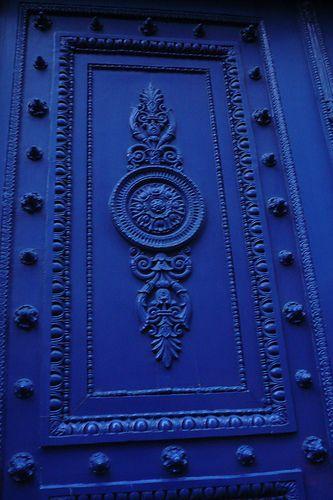 Un bleu roi sur cette porte parisienne #dccv #porte #bleuroi