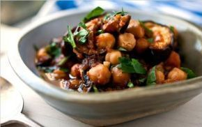 Melanzane in agrodolce - Melanzane in agrodolce: la ricetta è molto semplice da preparare. Le melanzane in agrodolce  sono un gustoso contorno mediterraneo. Per la preparazione della ricetta, le melanzane devono essere soffritte in padella e poi condite con una deliziosa salsina agrodolce all'aceto balsamico o di vino bianco. Le melanzane in agrodolce possono essere servite anche come secondo piatto vegetariano, magari accompagnatelo con dei gustosi crostini di pane abbrustoliti.