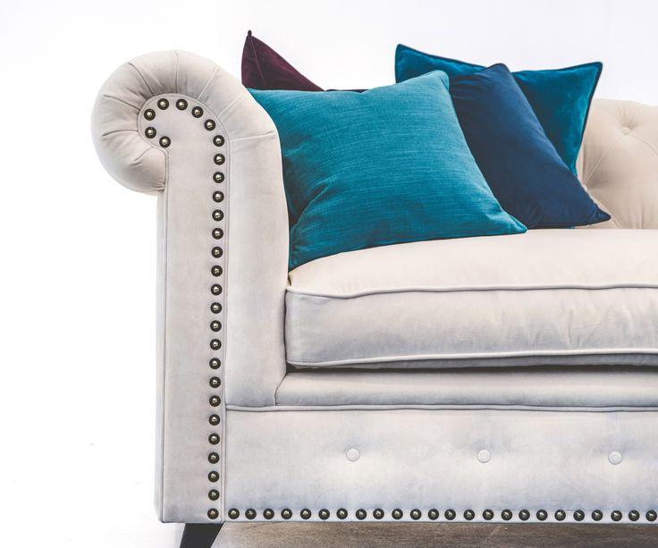 Vit Buffeln sammetssoffa. Chesterfield, soffa, sammet, krämvit, beige, nitar, mässing, antik, vardagsrum, möbler, inredning. http://sweef.se/sweef-lyx/457-buffeln-soffa-chesterfield.html