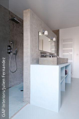 Vrijstaande wand tussen wastafel en inloopdouche. Voor meer badkamer ideeën en inspiratie www.uw-badkamer.nl