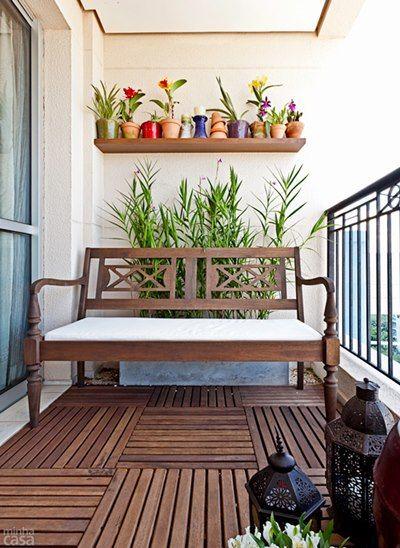 Banco, plantas, deck, prateleira, luminárias, vasinhos com orquídeas (em um cantinho protegido do sol direto)