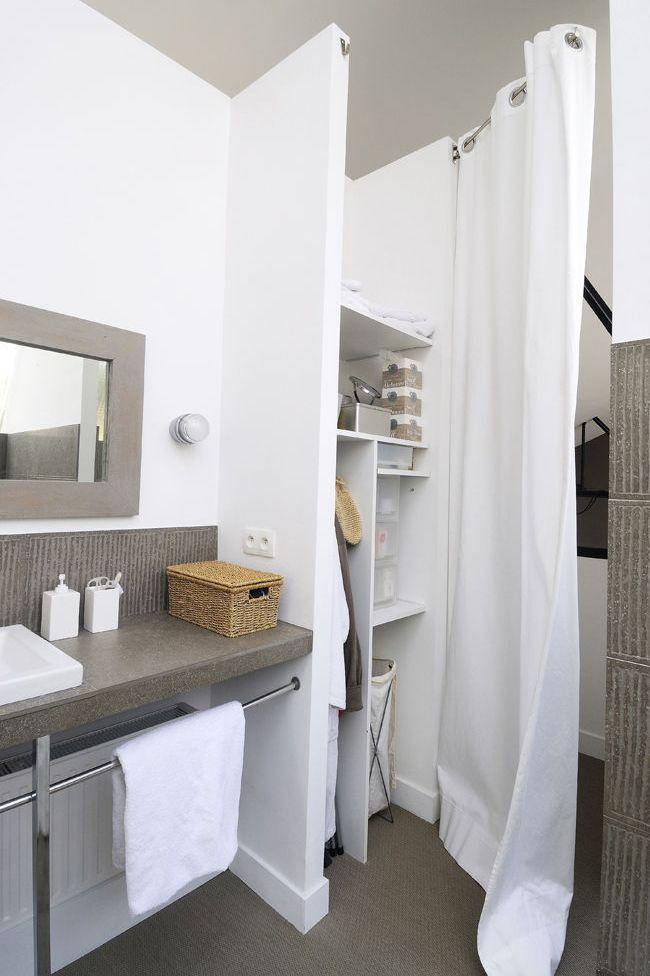 Un élégant rideau pour délimiter la salle de bains du dressing