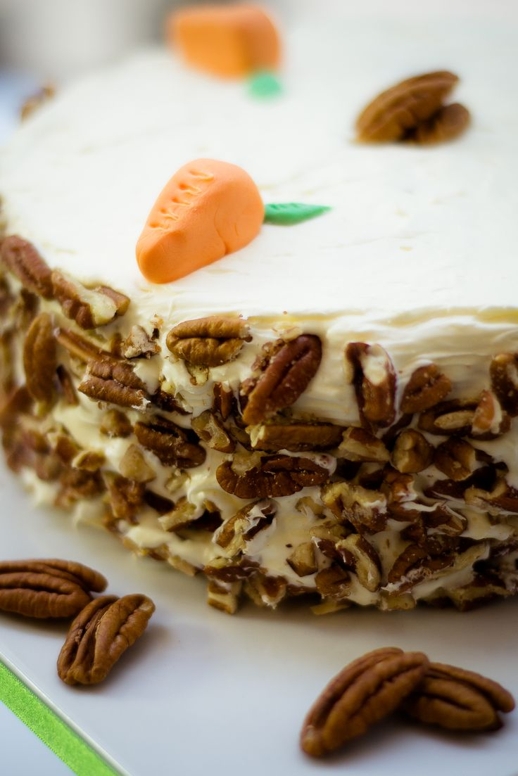 Un delicioso pastel para hacer para estas épocas de Pascua. El pastel de zanahoria tiene un sabor delicioso y viene acompañado de un betún de queso crema.