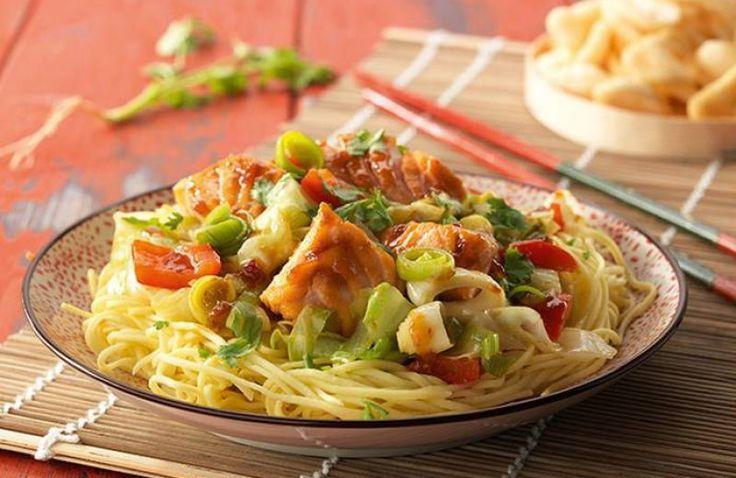Zalmfilet met noedels en ketjap & sambal badjak