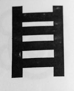 Este símbolo Adinkra se llama OWUO ATWEDEE: Owuo quiere decir muerte y atwedee, escalera. Es una representación de la mortalidad, la escalera que todos debemos subir.