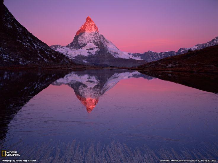 Monte Cervino Fotografia di Verena Popp-Hackner  Il Monte Cervino si erge nitido all'alba sul lago Riffelsee, vicino al comune di di Zermatt, in Svizzera.