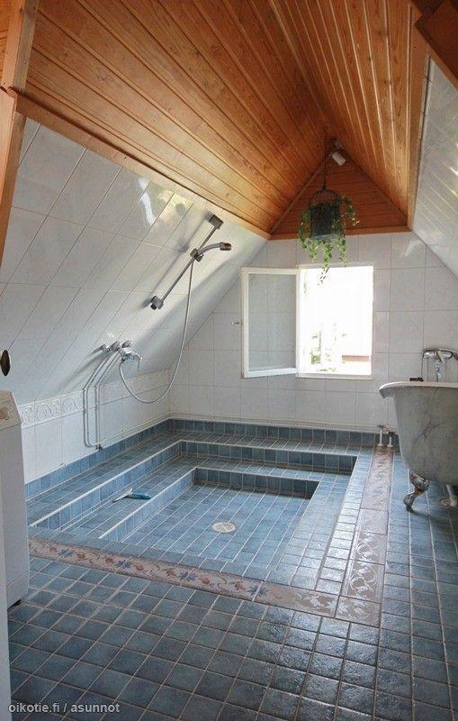 Kylpyhuoneen sijoittaminen yläkertaan on riski homma vanhassa puutalossa. Olisi ollut parempi, jos portaikkoa ei olisi siirretty, vaan sille olisi jätetty runsaasti tilaa ja vain sivurakennuksessa olisi peseytymistilat. Puukatto kaipaa valkoista maalipintaa.