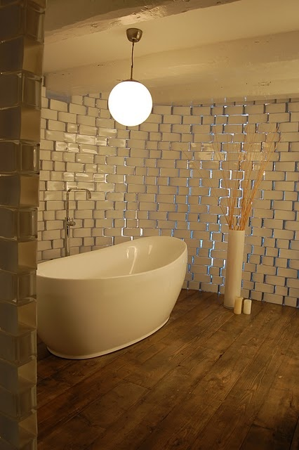 Love this tub!  but the wall is made from ikea vases which I find very interesting
