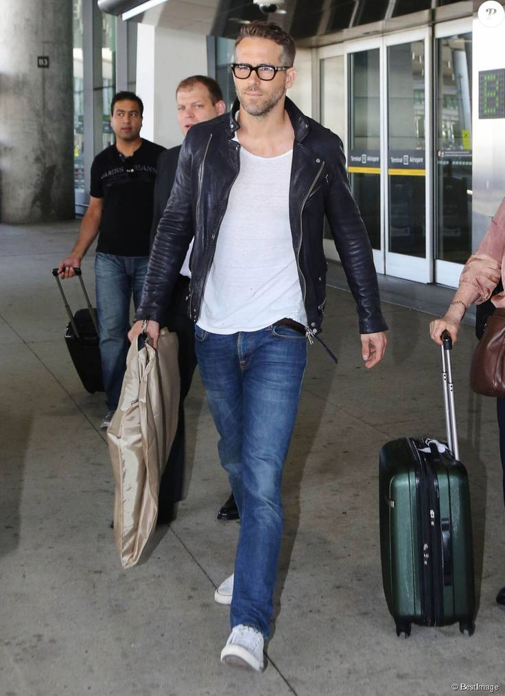 Ryan Reynolds arrive à l'aéroport de Toronto, le 16 septembre 2015