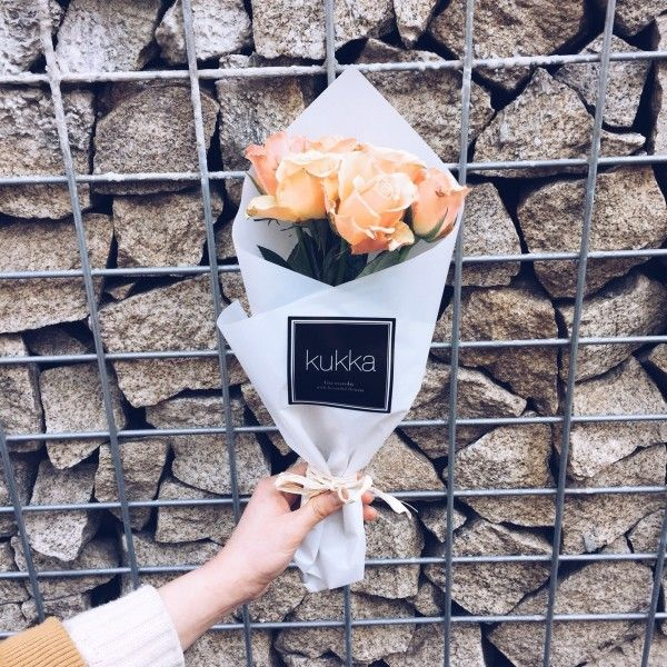 드물게 볼 수 있기에, 은은함이 고급스럽게 묻어나는  '사랑의 고백'이라는 꽃말을 가진 플로랜스 장미(Florance Rose)에요.  www.kukka.kr  오늘의 꽃(2월 17일)은 당신의 사랑을 보이고 싶을 때 한 손에 준비 하세요 :)