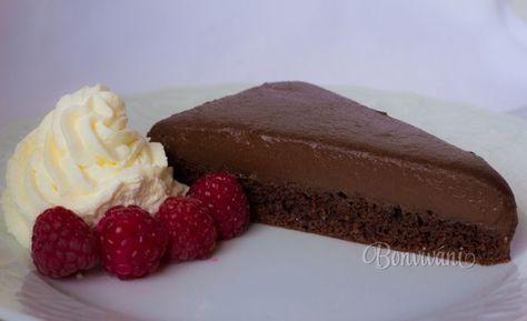 Krémový čokoládový koláč krásne vychladený je lahôdkou pre čokoholikov.