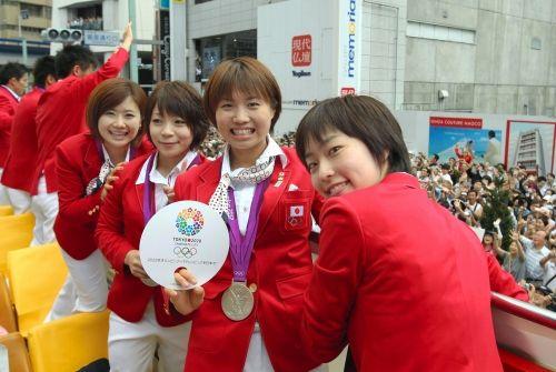 ロンドン五輪のパレードで笑顔を見せる(右から)石川佳純、平野早矢香、三宅宏実、福原愛の各選手=2012年8月20日午前