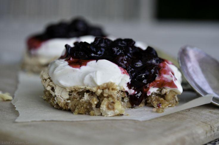 Nøddebund med skyr og syltet frugt (Recipe in Danish)